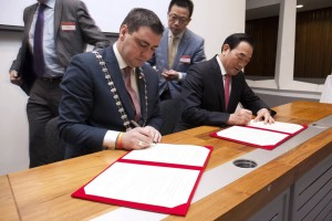 Mayor O' Shea and Mayor Zhou signing the Memorandum of Understanding between Cork County and Xuzhou.